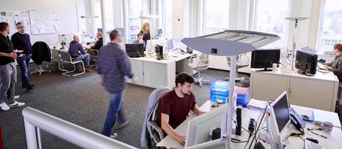 Menschen arbeiten in einer Redaktion