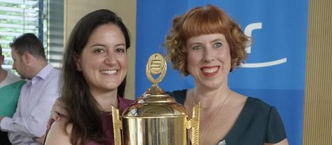 Iris und Julia mit Pokal auf der Tischtennis-Meisterschaft von ARD, ZDF und ZBS