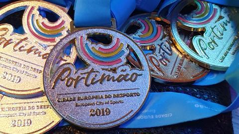 Verschiedene Medaillen der 62. Sommerspiele der Eurovision