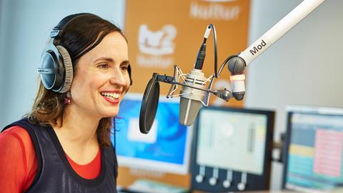 hr2-kultur-Moderatorin Catherine Mundt am Mikrofon