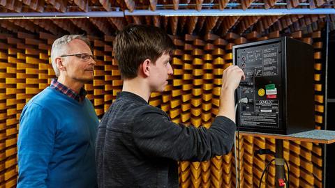 Junger Mann schraubt an einem Lautsprecher