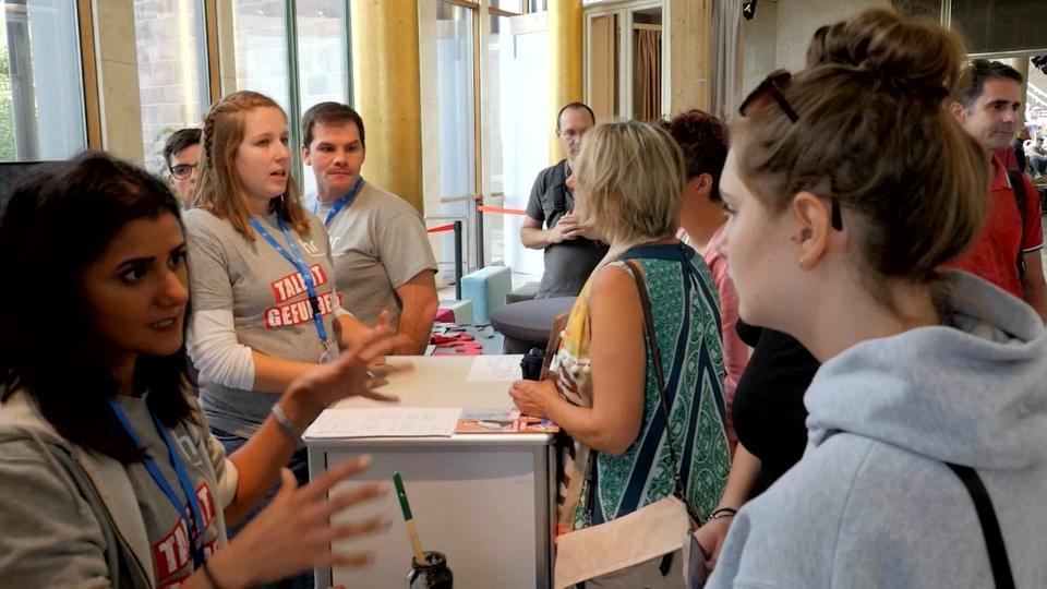 hr-Azubis informieren Besucher auf dem Azubi-Info-Tag 2018 in der Goldhalle
