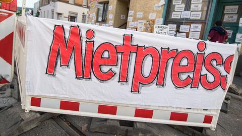 Protest-Banner gegen Mieten auf einer Straße