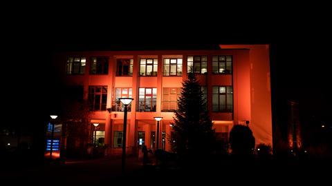 Orange angestrahltes Funkhaus
