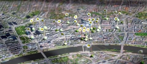 Fähnchen mit Markierungen für teilnehmende Restaurants beim Grüne-Soße-Weltrekord-Versuch auf einem Stadtplan Frankfurts