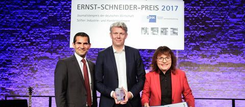 hr-Preisträger Stefan Jäger (Mitte) mit Laudatorin Manuela Kasper-Clairidge und Moderator Mitri Sirin