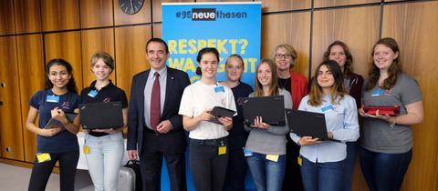 Schüler des Neuen Gymnasiums Rüsselsheim mit Kultusminister Prof. Dr. R. Alexander Lorz (3. von links) und hr-Fernsehdirektorin Gabriele Holzner (4. von rechts).