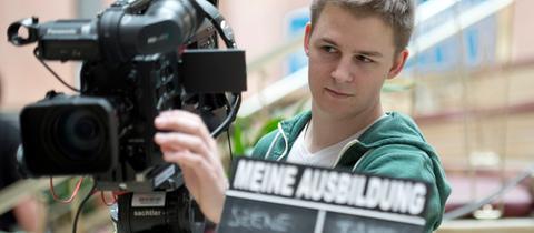 Schüler bedient eine Fernsehkamera