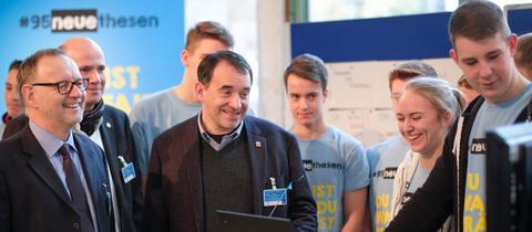 Der hessische Kultusminister R. Alexander Lorz mit hr-Intendant Manfred Krupp (li.) und Schülerinnen und Schülern der Christian-Wirth-Schule in Usingen.