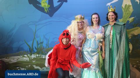 Märchenhaft kostümierte Messebesucher in der ARD-Fotobox