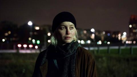 """Szene aus """"Frankfurt, Dezember 17, Fernsehfilm, Deutschland 2018, Buch und Regie: Petra K. Wagner: Sam (Ada Philine Stappenbeck)."""