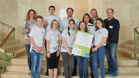 """""""school.fm 2018"""": """"Nelly FM"""" der Oswald-von-Nell-Breuning-Schule erhielt den Preis in der Kategorie """"Bester Flow und bestes Layout""""."""