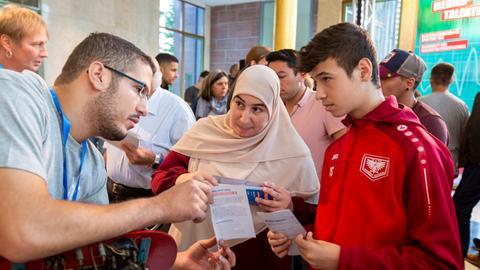 Jugendliche und Eltern informieren sich am Azubi-Info-Tag über eine Ausbildung im hr.