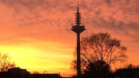 """Der Europaturm, auch """"Ginnheimer Spargel"""" genannt, ist der Fernmeldeturm in Frankfurt am Main."""
