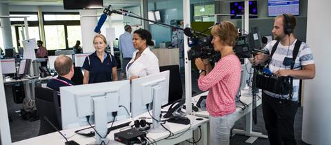 Gast Dagmar Hoffmann mit hessenschau-Redakteurin Melanie Taylor