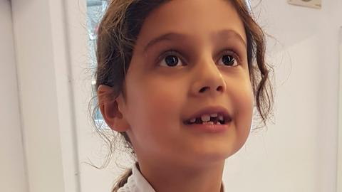 Mia ist sieben Jahre alt und Karatekämpferin