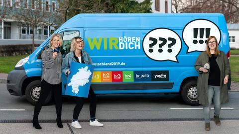 Die hr-Regionalkorrespondentinnen Stephanie Mosler, Silke Sutter und Lisa Gessner vor der WIR-Box (v.l.)