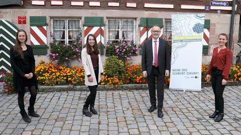 Die Preisträgerinnen (v.l.n.r.) Jennifer Rasch, Maike Richter und Franziska Mertl mit Schirmherr Manfred Krupp