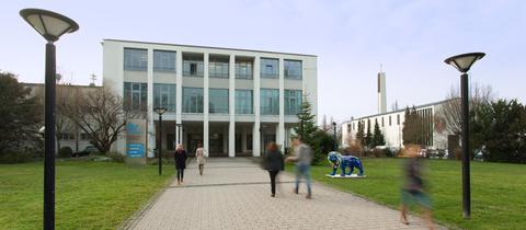 Der Haupteingang des Hessischen Rundfunks in Frankfurt