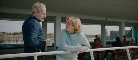 """Szene aus dem Tatort """"Die Guten und die Bösen"""" (Regie: Petra K. Wagner). Im Bild: Paul Brix (Wolfram Koch) und Anna Janneke (Margarita Broich)."""