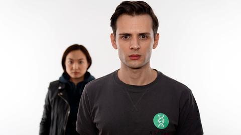 """Serie """"Kontaktlos"""": Dominic Betz (li.) in der Rolle des Max und Ariana Gansuh in der Rolle der Felina"""