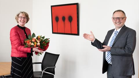 Gabriele Holzner bekommt einen Blumenstrauß von Manfred Krupp überreicht.
