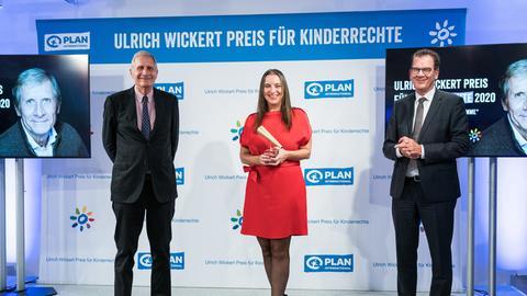 Den Ulrich Wickert Preis für Kinderrechte 2020 überreicht Bundesentwicklungsminister Dr. Gerd Müller an Stefanie Appel.