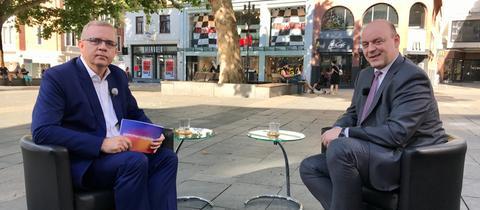 Michael Immel interviewt Robert Lambrou in einer Fußgängerzone