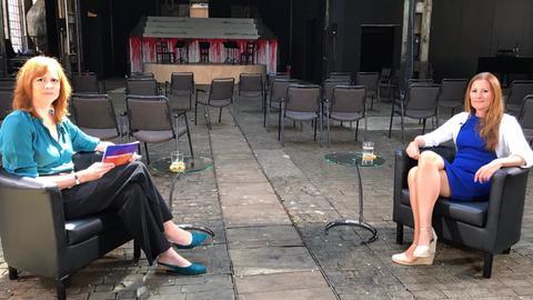 Ute Wellstein im Gespräch mit der Linken-Fraktionsvorsitzenden Janine Wissler