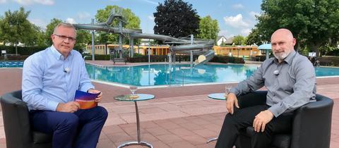 Michael Immel interviewt René Rock in einem Freibad