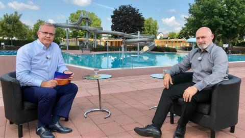 Michael Immel interviewt René Rock in einem Freibad