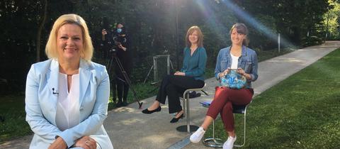 Nancy Faeser (vorne) wird von Ute Wellstein und  Sandra Müller (rechts) interviewt.