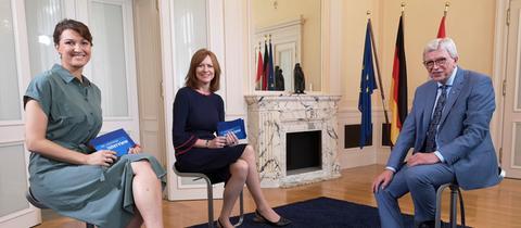 Sandra Müller (links) und Ute Wellstein interviewen Ministerpräsident Volker Bouffier (CDU)
