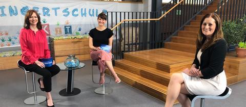 Ute Wellstein und Sandra Müller (links) interviewen Janine Wissler.