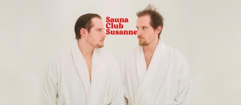 Saunaclub Susanne Schriftzug in rot,links und rechts Benni und Dennis Wolter im Bademantel