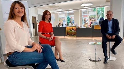 Sandra Müller (links) und Ute Wellstein interviewen Tarek Al-Wazir.