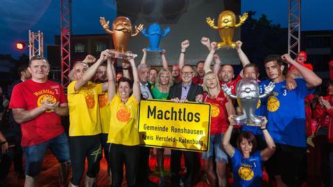 """Die Sieger von """"Dolles Dorf 2019 - Finale!"""" mit hr-Intendant Manfred Krupp und Ministerpräsident Volker Bouffier bei der Siegerehrung."""
