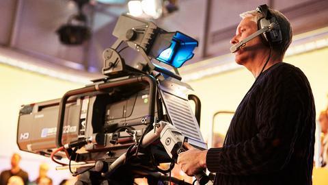 Kamera im Fernsehstudio mit Kameramann