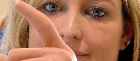 Kim Arnold aus Weimar bei Marburg hat ihre linke Hand durch eine Thrombose-Erkrankung verloren