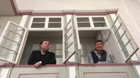 Moderator Dieter Voss (rechts) mit Pfarrer Michael Zlamal in der Evangelischen Kirche in Driedorf.