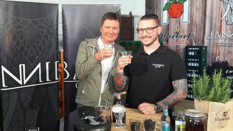 """Moderator Dieter Voss (links) mit Maximilian Freitag, der mit seinem """"Hannibal Gin"""" schon jetzt eine treue Fangemeinde hat"""