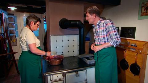 Dieter Voss mit Monika Himmel-Gehrig in ihrer Marmeladenküche