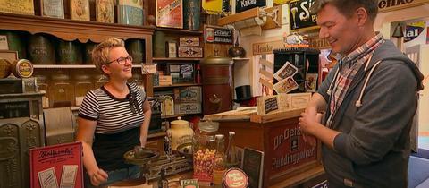 Dieter Voss bei Andrea Heiß in ihrem kleinen Museum für Läden und Reklame