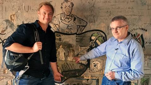 Moderator Tobias Kämmerer (links) mit Carsten Lind vom Universitätsarchiv der Philipps-Universität Marburg im Studenten-Karzer