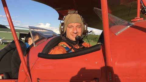 hr-Moderator Tobias Kämmerer im Ultraleicht-Doppeldecker des Aero-Clubs Gelnhausen