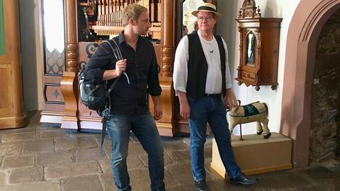 Tobi Kämmerer im Musikinstrumentenmuseum mit Jens Wendel (re.).
