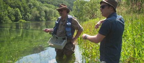 Jens Kölker (rechts) mit Jonas Kauppert, der seit Jahren als Fliegenfischer unterhalb des Edersees unterwegs ist