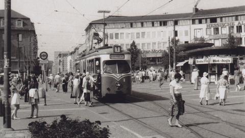 Kasseler Straßenbahn der Linie 1 auf dem Königsplatz in den fünfziger Jahren.