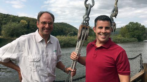 Andreas Gehrke (re.) mit Willi Kalden auf dessen historischem Holzboot.