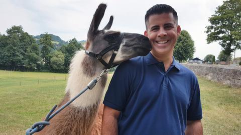 Vom Lama geküsst: Andreas Gehrke vor der Lama-Trekkingtour.